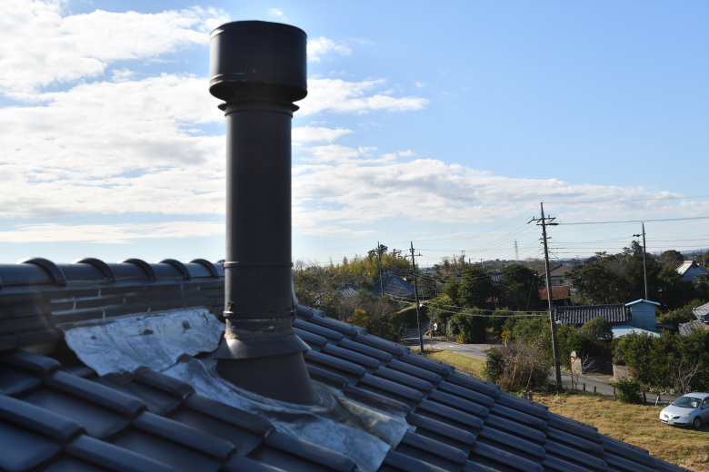 台風で吹き飛んだ煙突の修理