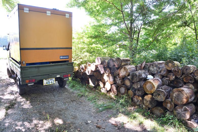 北軽沢店の近くの別荘から玉切り済みの原木を運んだ
