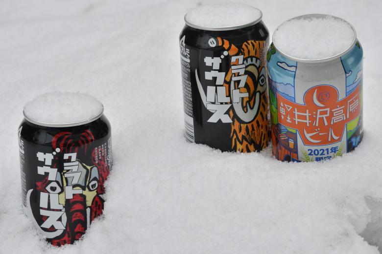 雪と薪ストーブと軽井沢地区限定販売のお酒