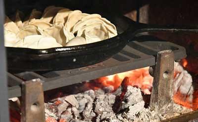 餃子を炉内に入れる